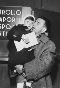 Puskás Ferenc labdarúgó kislányával Olaszországban, 1956. december 10-én. Puskás Ferencné 1956. december 1-jén többszöri sikertelen próbálkozás után jutott ki négyéves kislányával, gyalog menekülve a megszállt Magyarországról Ausztriába, hogy azután Olaszországban csatlakozzon férjéhez